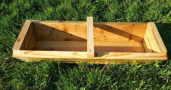 Деревянная кормушка на траве
